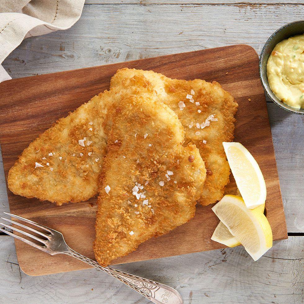fiskefilleter med citron og remoulade anrettet på skærebræt